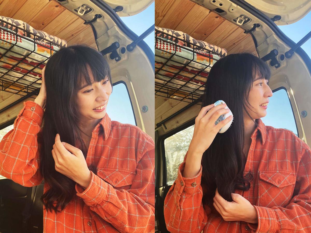 森風美さんがリックスのドライシャンプーを付けた髪を手指で揉んで、ブラシをかけている写真