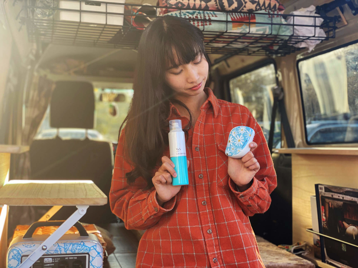 森風美さんがリックスのドライシャンプーと魔法のブラシ:タングルティーザーのコンパクトスタイラーを手に持っている写真
