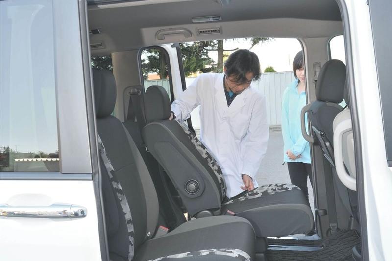 Car寝る博士がステップワゴンスパーダの2列目をたおして車中泊仕様のシートアレンジにしようとしている写真