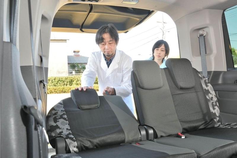 Car寝る博士がステップワゴンスパーダの3列目をたおして車中泊仕様のシートアレンジにしようとしている写真