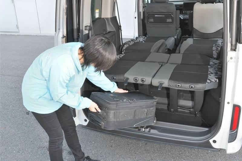車中泊仕様のシートアレンジにしたステップワゴンスパーダの3列目シート床下に、荷物を収納している写真