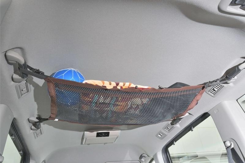 ステップワゴンスパーダの純正アクセサリー「ルーフネット」にボールやヘッドレストやタオルが入っている写真