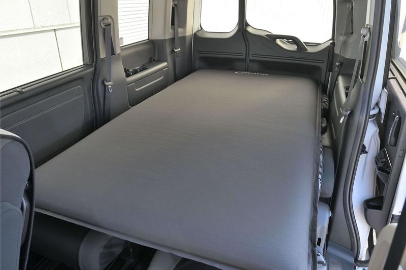 ステップワゴン スパーダの2列目3列目を倒してフラットの車中泊仕様にしたところにOnlyStyleのエアマットを敷いた写真