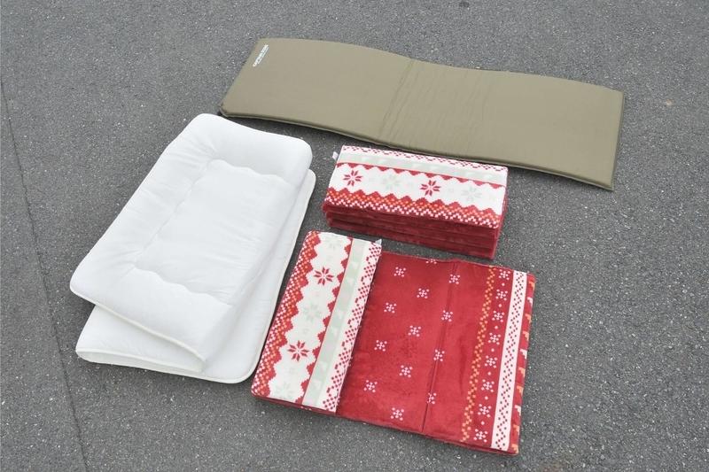 ニトリのシングルサイズの敷布団、キャプテンスタッグの3㎝の厚さのエアマット、お昼寝マットを並べた写真