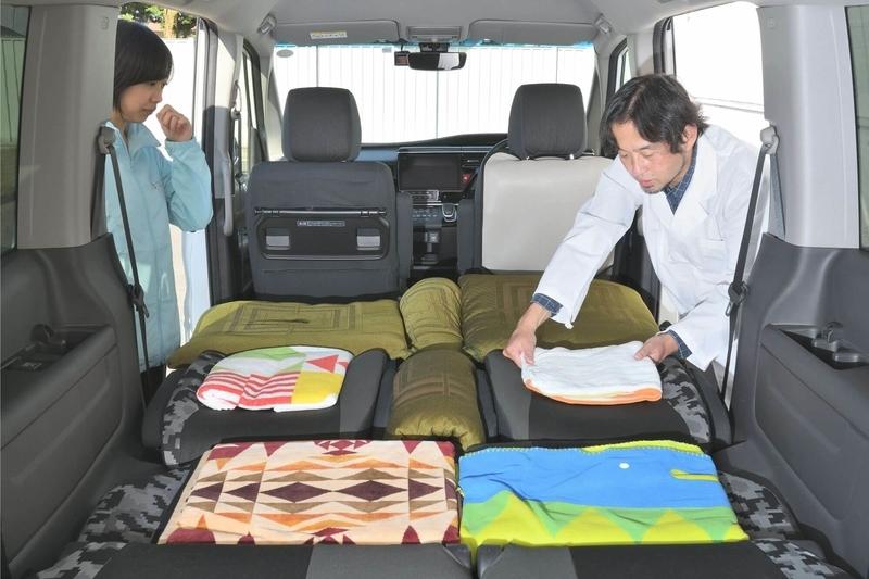 Car寝る博士が車中泊用のシートアレンジをしたステップワゴン スパーダの車内で、シートにできた段差を埋めてフラットにしている写真