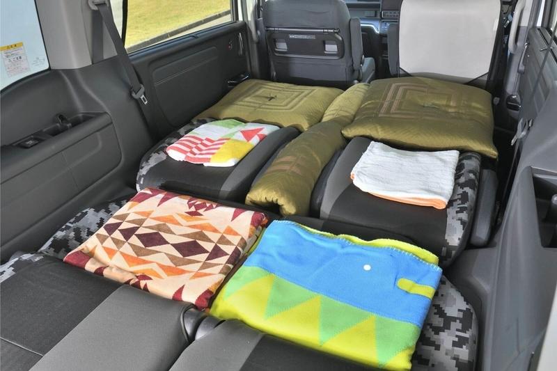 ステップワゴン スパーダを車中泊用のシートアレンジをして、シートに生まれた段差を薄手のブランケットや大きめのバスタオル、座布団などを使って段差を埋めてフラットにした写真