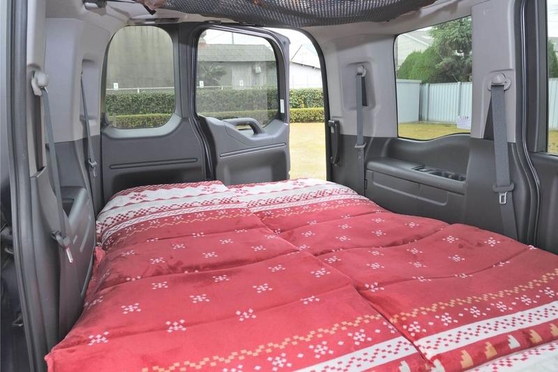 車中泊仕様にしたステップワゴンの車内からリアゲート(荷室)のわくわくゲートを内側から開けている写真