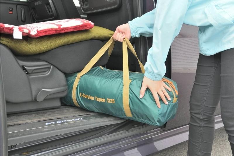ステップワゴンスパーダの2列目シート下に荷物を入れている写真(車中泊仕様にしてフラットにした状態の2列目)