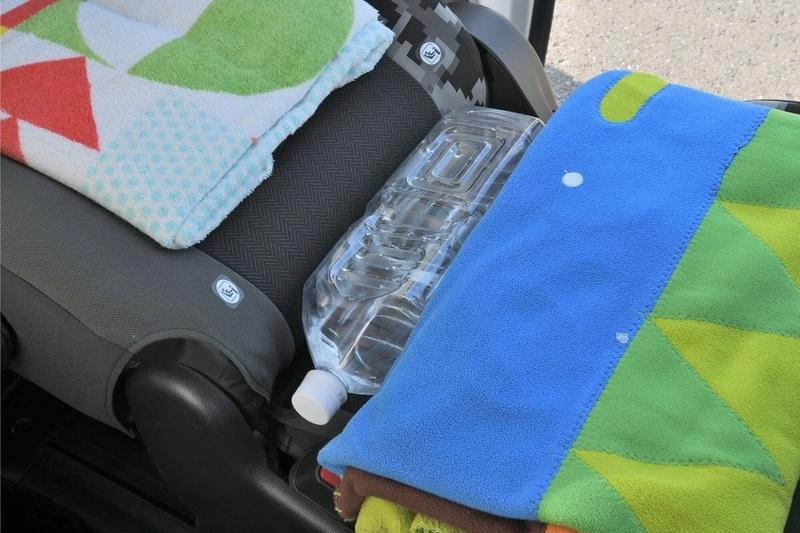 ステップワゴンスパーダの2列目シートにできる段差をペットボトルや薄手のブランケットで埋めてフラットの車中泊仕様にしている写真