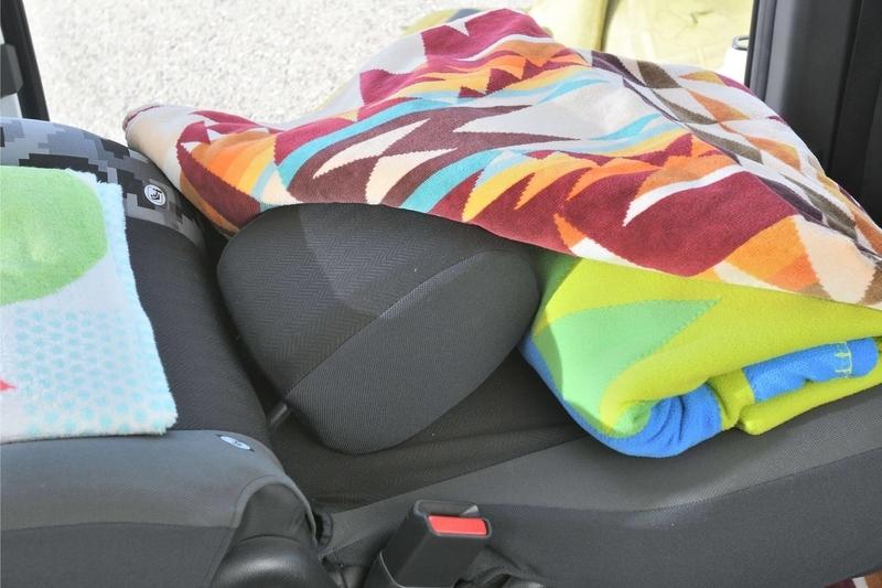 ステップワゴンスパーダの2列目のシートを後ろに倒したときに生まれる段差をタオルやヘッドレストを使って埋めている写真
