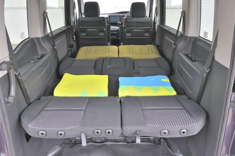 2列目がベンチシートタイプのステップワゴンスパーダを車中泊仕様のフラットの状態にして、段差を薄手のブランケットと座布団で埋めてフラットにした写真