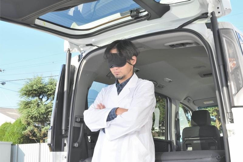 Car寝る博士がステップワゴンスパーダのリアゲートのところでアイマスクをして立っているアップの写真