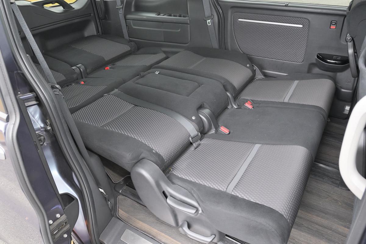ステップワゴン スパーダのベンチシートタイプの2列目と3列目を後ろにたおし、フラットの車中泊仕様にシートアレンジした写真