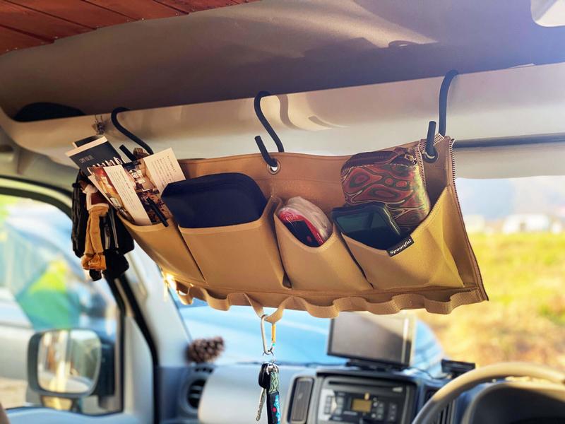 帆布の小物入れSPOONFUL(スプーンフル)のポールポケットを運転席上のルーフコンソールにS字フックでぶら下げて小物を入れて使っている写真
