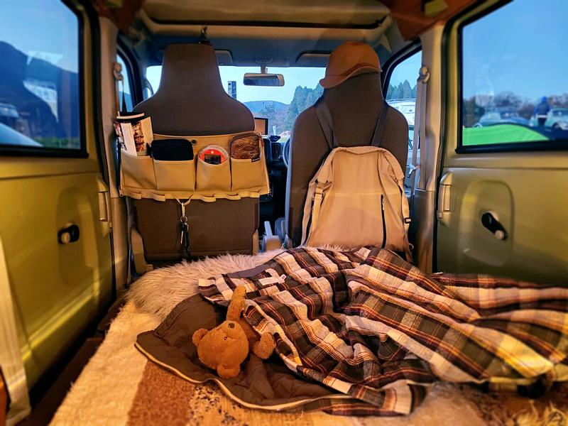 帆布の小物入れSPOONFUL(スプーンフル)のポールポケットをクルマの助手席のシートに巻き付けて使っている写真