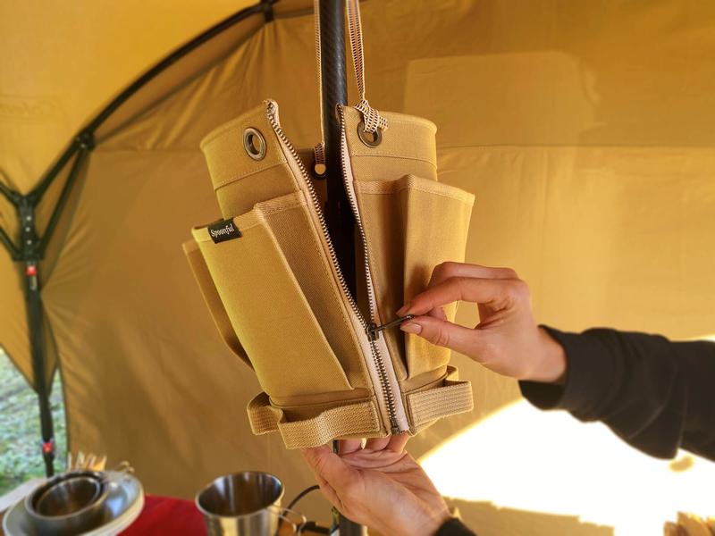 帆布の小物入れSPOONFUL(スプーンフル)のポールポケットのジッパーを引き上げている写真