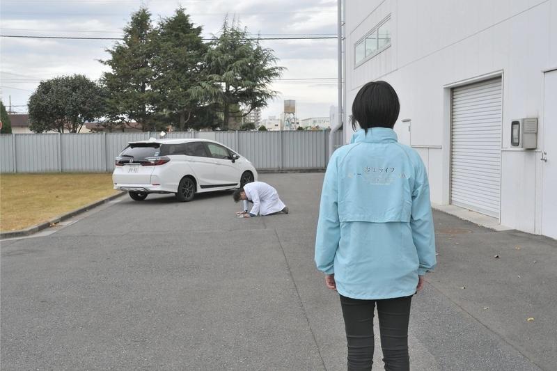 Honda シャトルの横にCar寝る博士が座っているのをカエライフ編集部が見ている写真