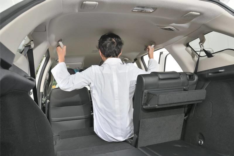 Car寝る博士がHondaシャトルの後部座席で筋トレをしている写真
