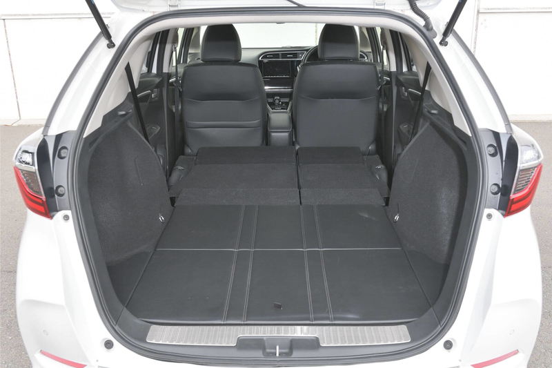 Hondaシャトルの後部座席をすべて倒してフラットにして車中泊仕様にした写真