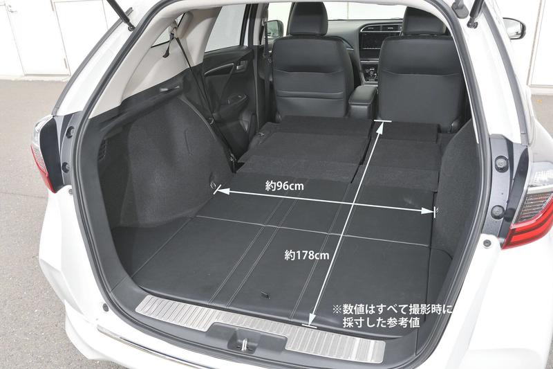 Hondaシャトルの後部座席をすべて倒してフラットにして車中泊仕様にした荷室のサイズ(幅・奥行)を示した写真