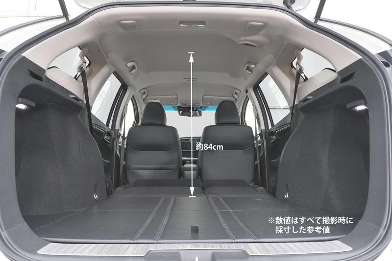 Hondaシャトルの後部座席をすべて倒してフラットにして車中泊仕様にした荷室の高さを示した写真