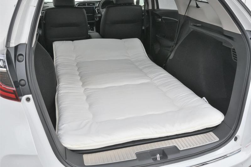 車中泊仕様のフラットにしたHondaシャトルの荷室に、ニトリのシングルサイズの敷布団(長さ210㎝、横幅100㎝)を敷いている写真