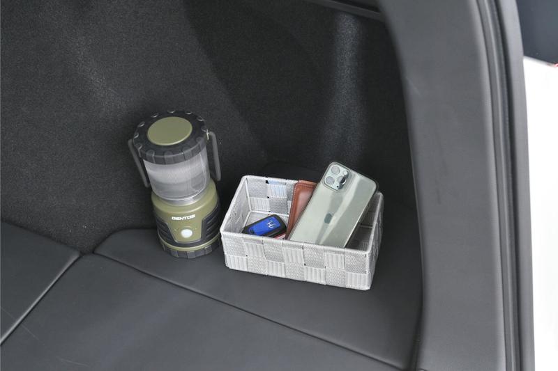 Hondaシャトルの荷室横にある小さな収納スペースにランタンやスマホなどの小物を置いてある写真