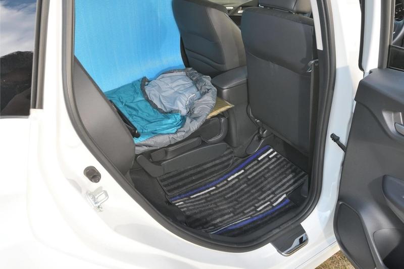 後部座席の片側だけを倒して車中泊仕様にしたHondaシャトル