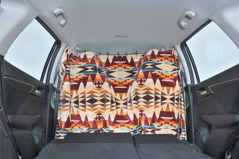 Hondaシャトルの運転席側の目隠しシェードを大きなタオル(ペンドルトン)で作っている写真