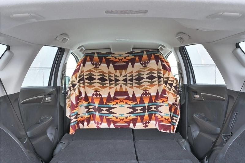 Hondaシャトルの運転席側の目隠しシェードを大きなタオルで作っている写真