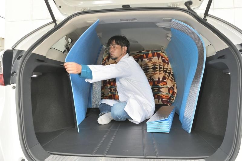 hondaシャトルの荷室の車内でcar寝る博士が銀マットを立てて目隠しシェードをつくっている写真