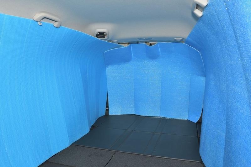 hondaシャトルの荷室の車内に銀マットを立てて目隠しシェードをつくった写真