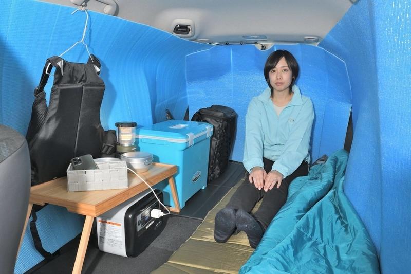 hondaシャトルの荷室を車中泊仕様にして、銀マットで目隠しシェードを作って、クーラーボックスやミニテーブルなどを置いた写真