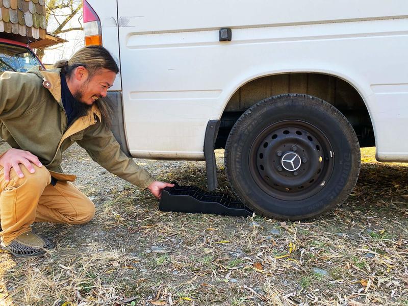 鈴木大地さんがレベラー(カースロープ)を後輪のタイヤの下にかませている写真