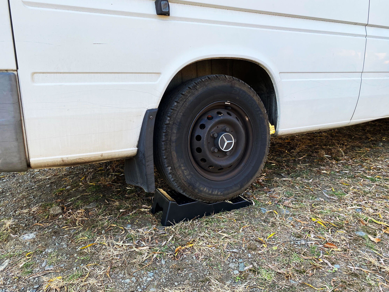 レベラー(カースロープ)を後輪の下にかませて車体がその上に乗っている写真