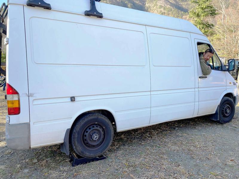 鈴木大地さんがレベラー(カースロープ)の上に車を乗せている写真