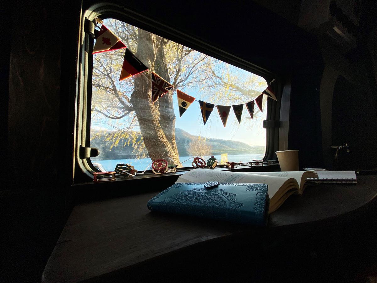 車中泊グッズとしてガーランドが窓に付けられている写真