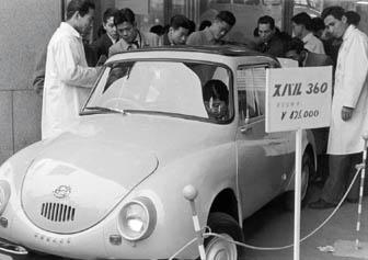 東京・日本橋の白木屋デパートで発表会が開かれた市販第1号車のスバル360