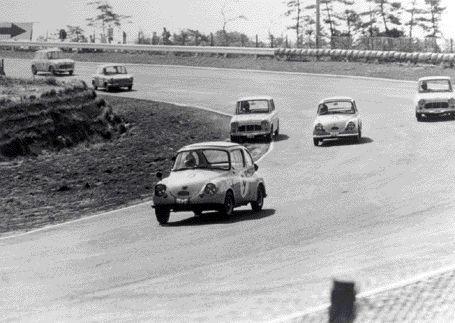 昭和39年5月、鈴鹿サーキットで開催された第2回日本グランプリのT-Ⅰクラスで走るスバル360