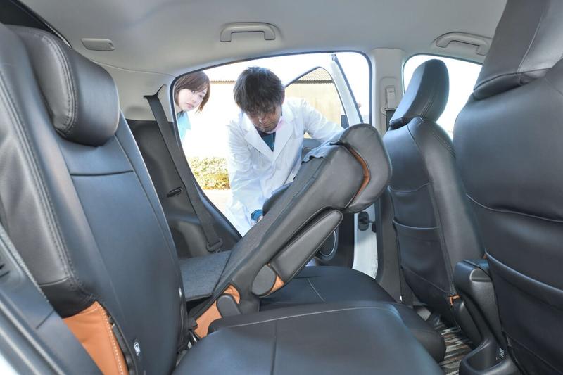 カーネル博士がヴェゼルの後部座席を倒してフラットにしようとしている写真