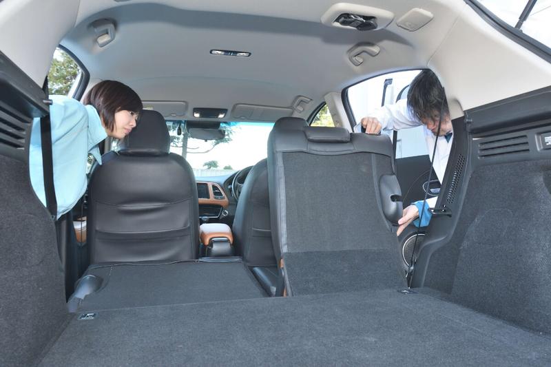 カーネル博士が後部座席を倒して車中泊仕様のフラットにしている写真