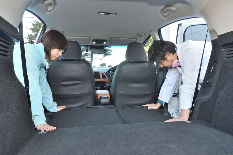 カーネル博士が後部座席を倒して車中泊仕様のフラットにした写真