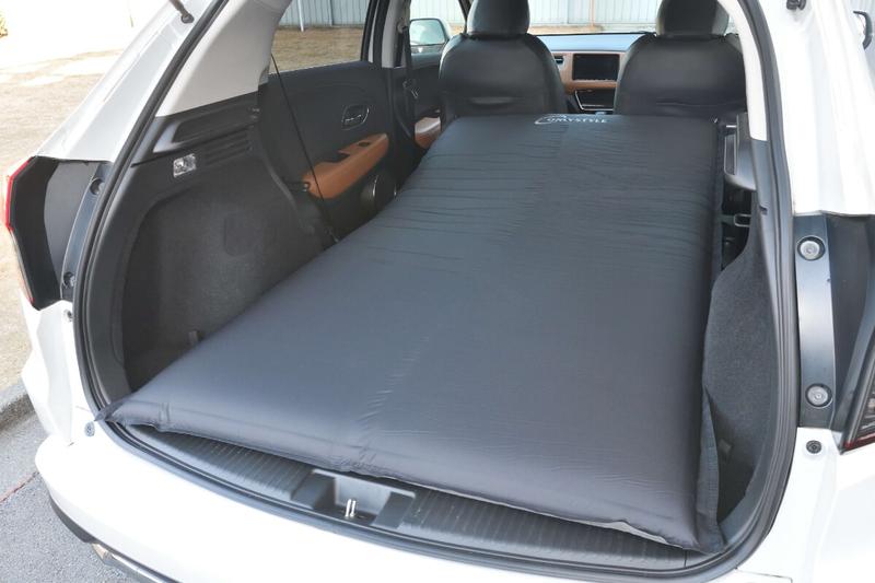 フラットにしたヴェゼルの荷室に車中泊用のエアマット(Only Style)を敷いた写真