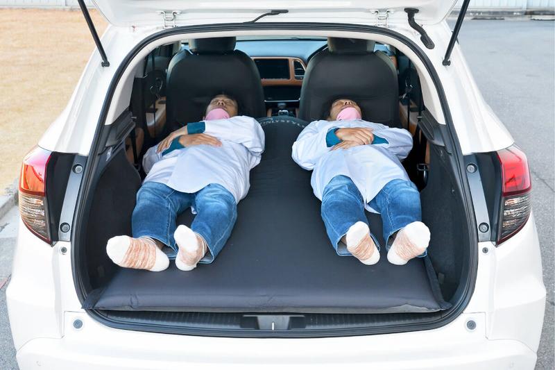 ヴェゼルの車内に男性が二人寝ている写真