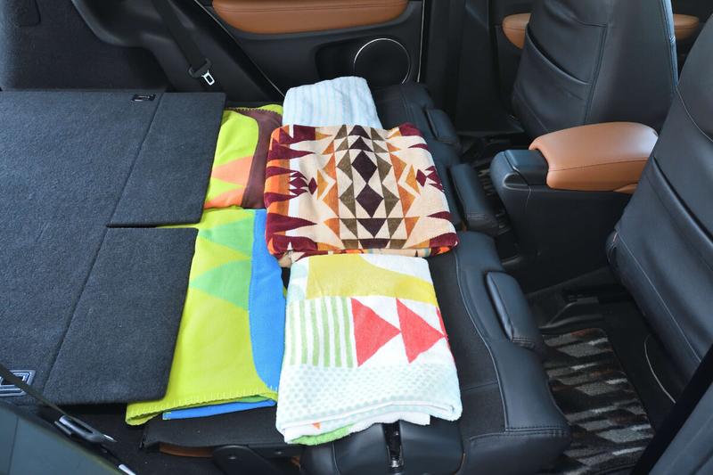 ブランケットや大きめのタオルを使ってヴェゼルの車内をフルフラットにした写真
