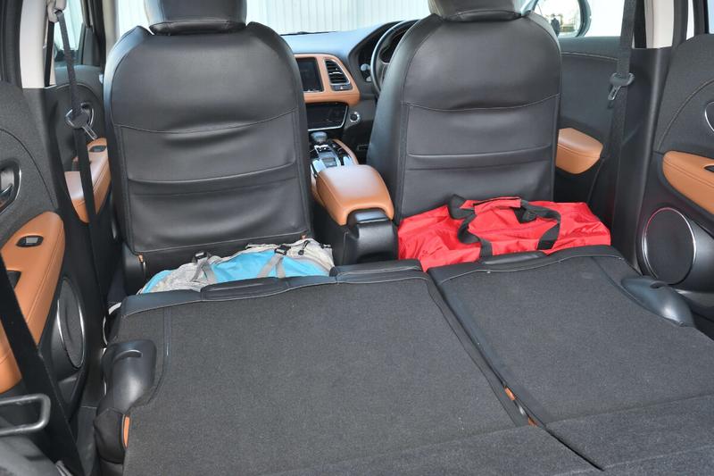 ヴェゼルの前座席と後部座席の間にできた隙間をバックパックとボストンバッグで埋めた写真