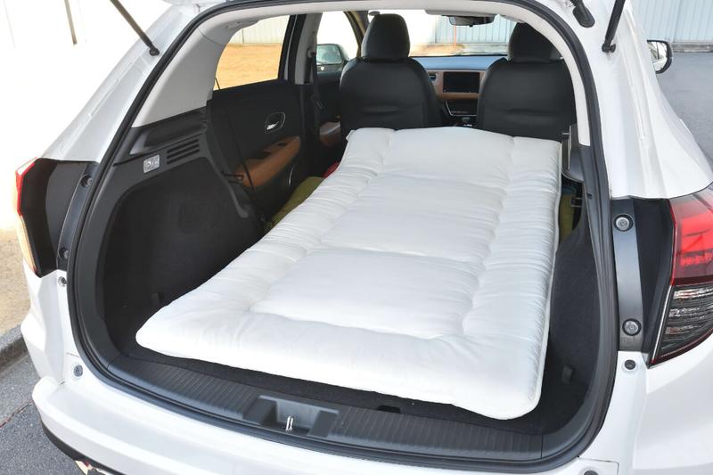 フラットにして車中泊仕様にしたヴェゼルの車内にニトリのシングルサイズの布団を敷いた写真