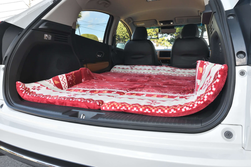 フラットにして車中泊仕様にしたヴェゼルの車内にお昼寝用のマットを敷いた写真