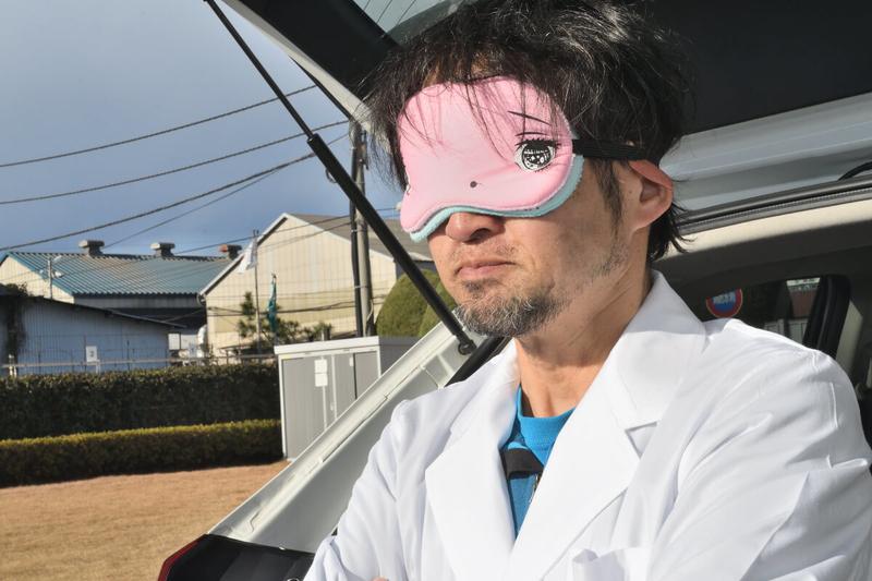 アイマスクをつけたカーネル博士