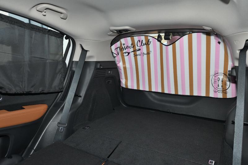ヴェゼルのウインドウに100均で買った目隠しシェードカーテンを付けている写真